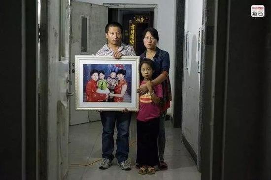 """儿子被拐4年后,有媒体给刘利勤排了一张""""不完整的全家福""""。"""