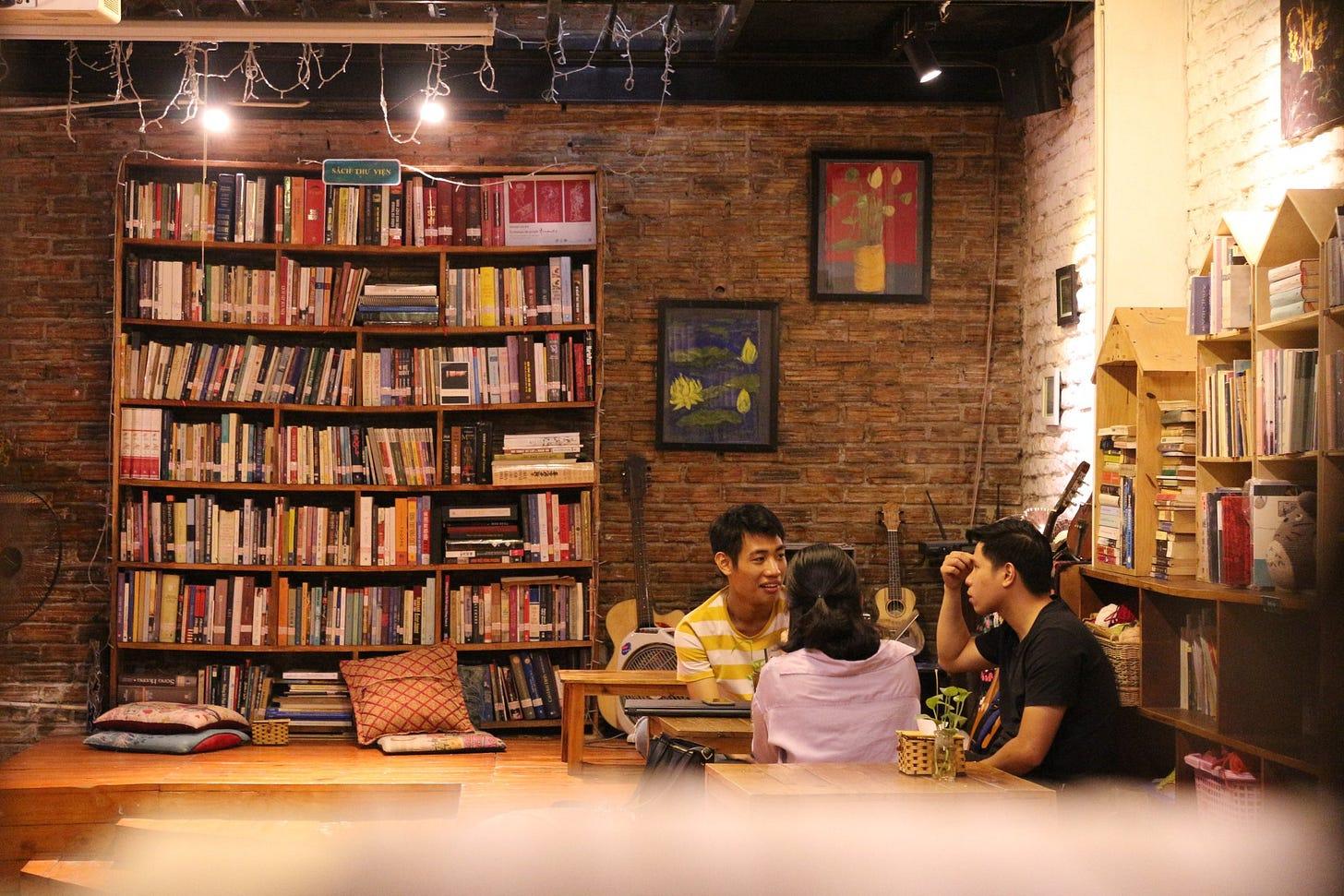 Quán cũng thường xuyên tổ chức các chương trình talkshow và gặp gỡ về văn hóa, nghệ thuật để tăng tính kết nối xã hội. Nguồn: Fanpage Tổ Chim xanh