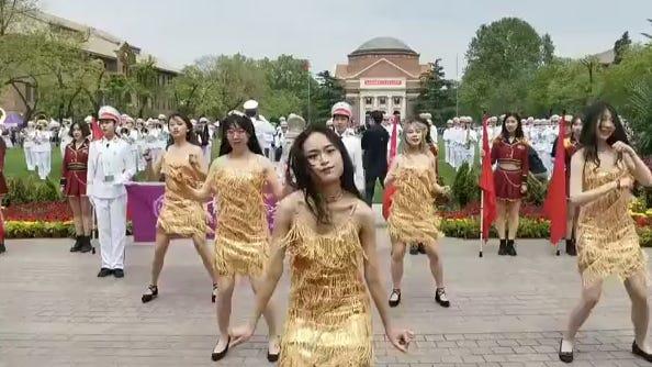 清华校庆上演短裙尬舞:伤害不大,侮辱性极强_凤凰网