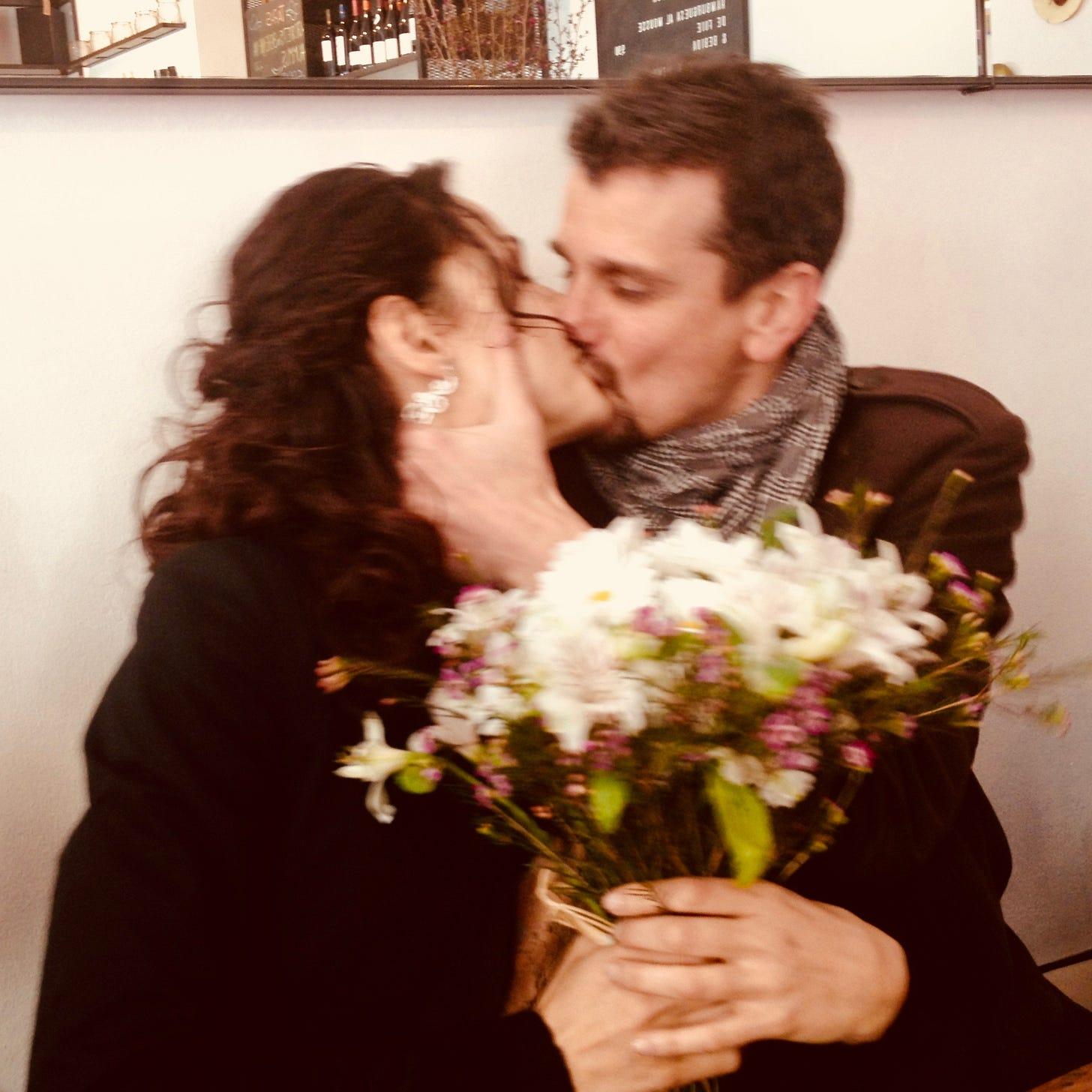 Pedro y Lau besándose