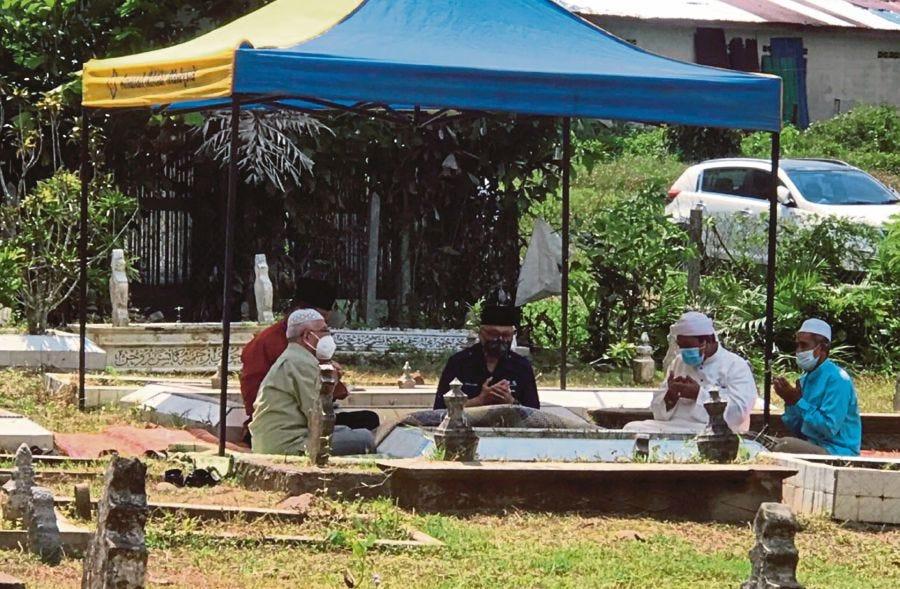 Prime Minister Datuk Seri Ismail Sabri Yaakob today visited the graves of his parents at his hometown at Kampung  Bukit Tingkat near here. - BERNAMA Pic
