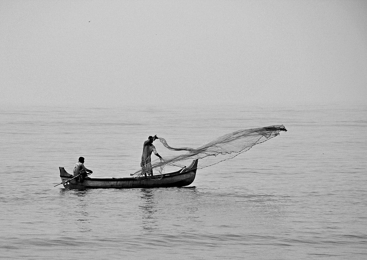 File:Fishing with cast-net from a boat near Kozhikode Beach.jpg - Wikimedia  Commons