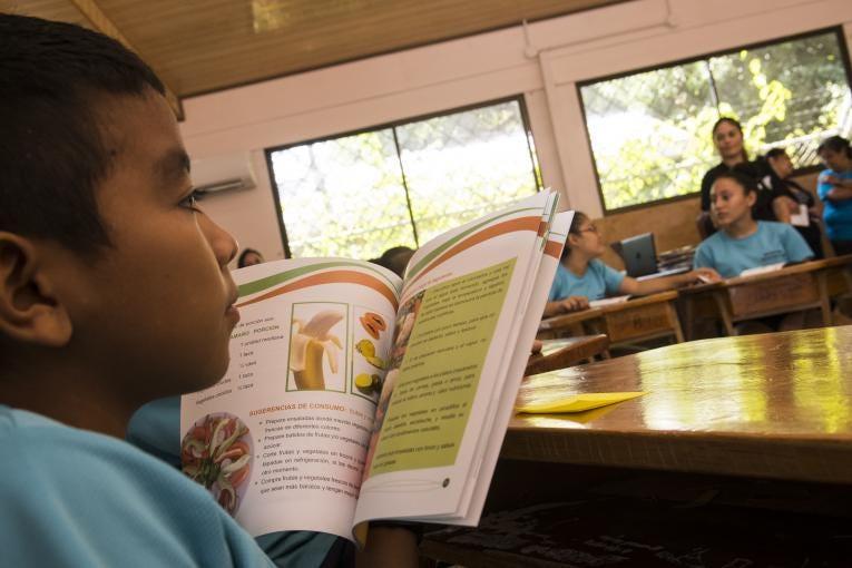 Estudiante de primaria  lee un libro en Costa Rica