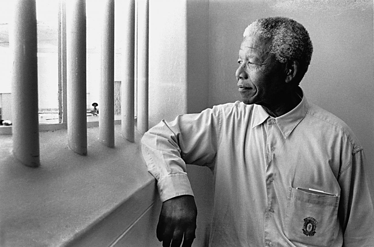 Bientôt président, Mandela pose devant Schadeberg dans son ancienne prison  - Polka Magazine