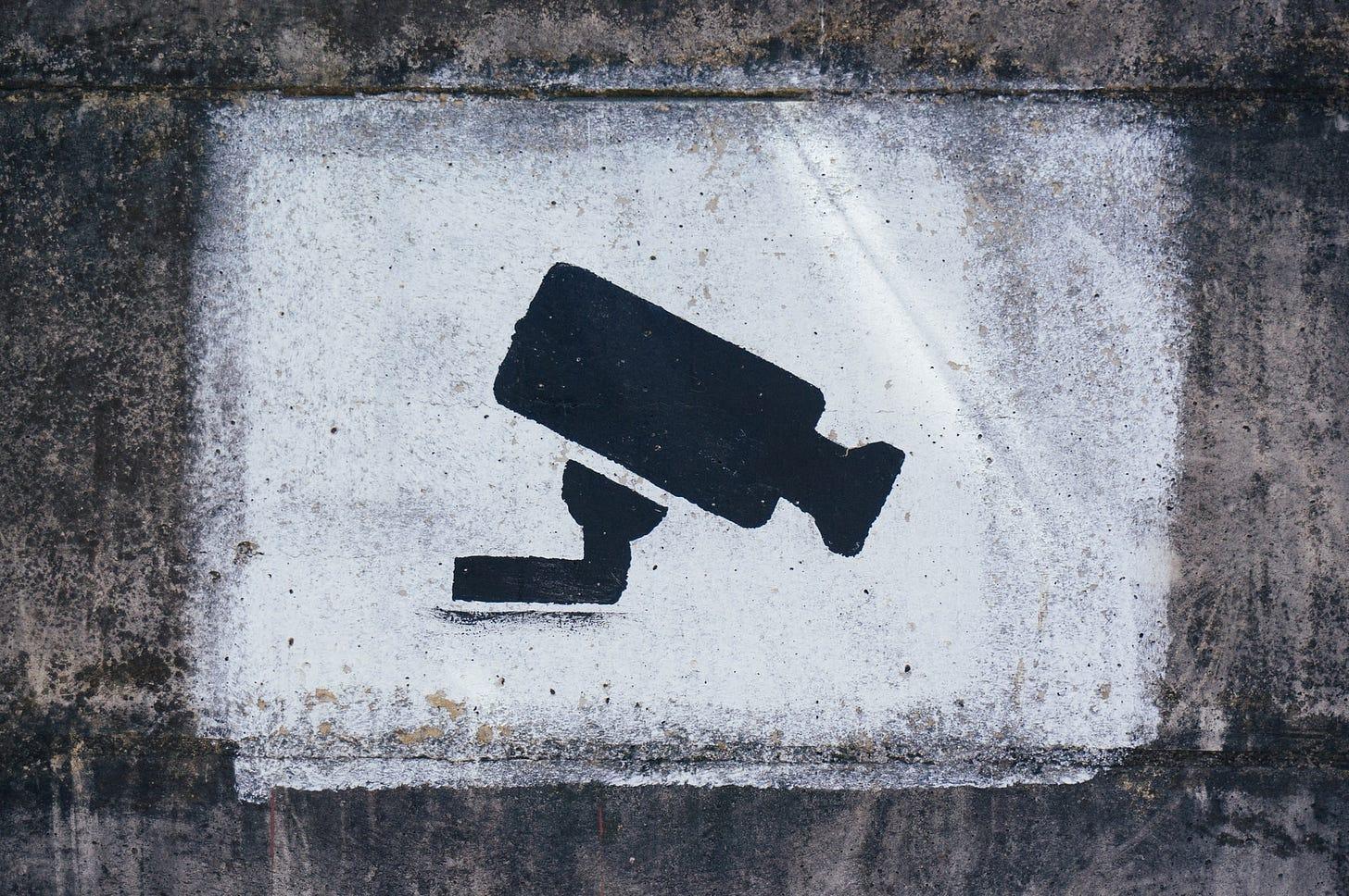 Imagem de uma câmera desenhada em um muro