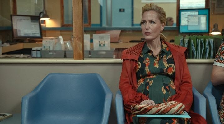 Gillian Anderson's character, pregant and seated, in Sex Education