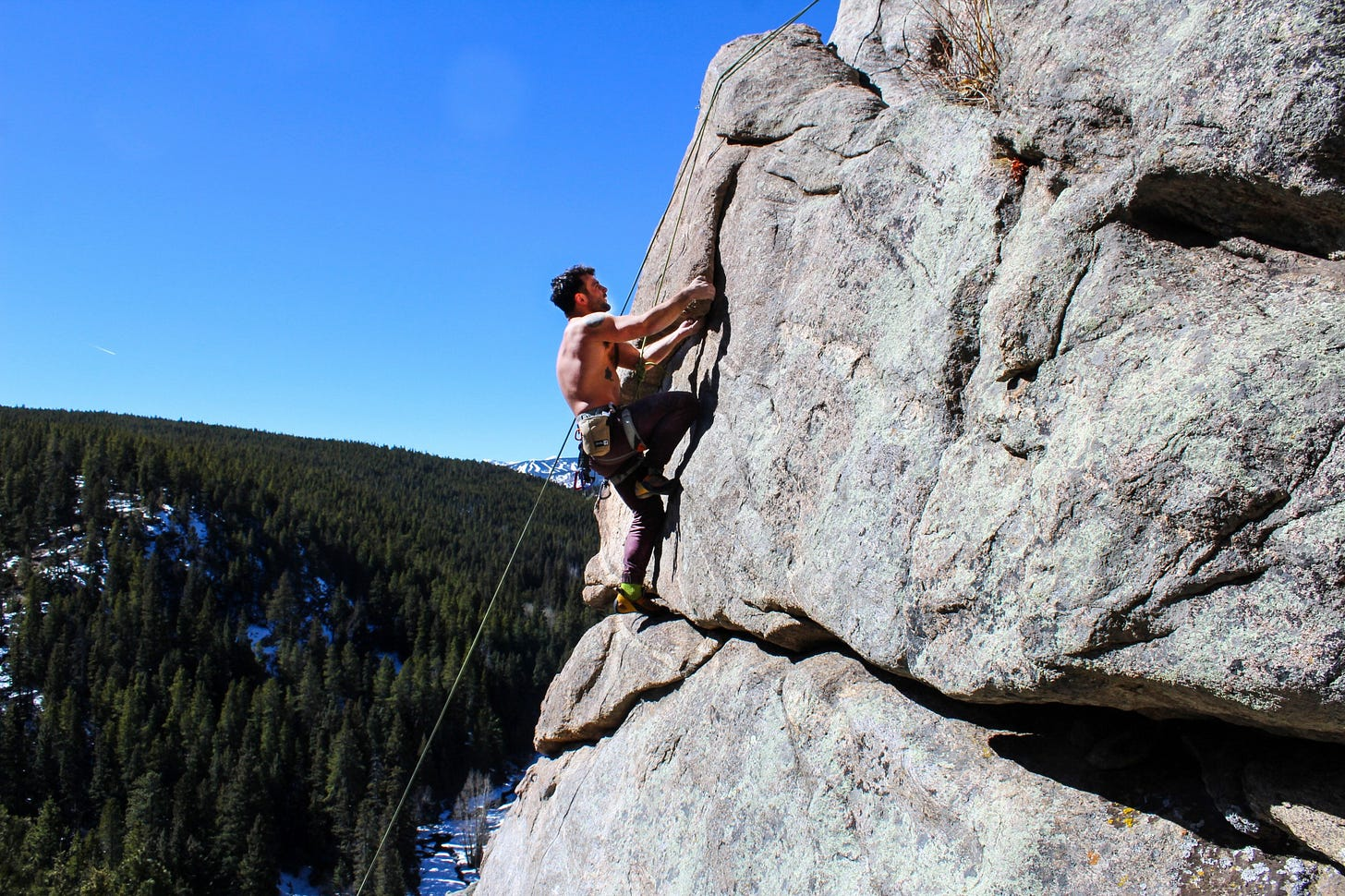 """Man in flow state rock climbing for article titled """"how to know you're in a flow state"""" on The Creative Mind"""