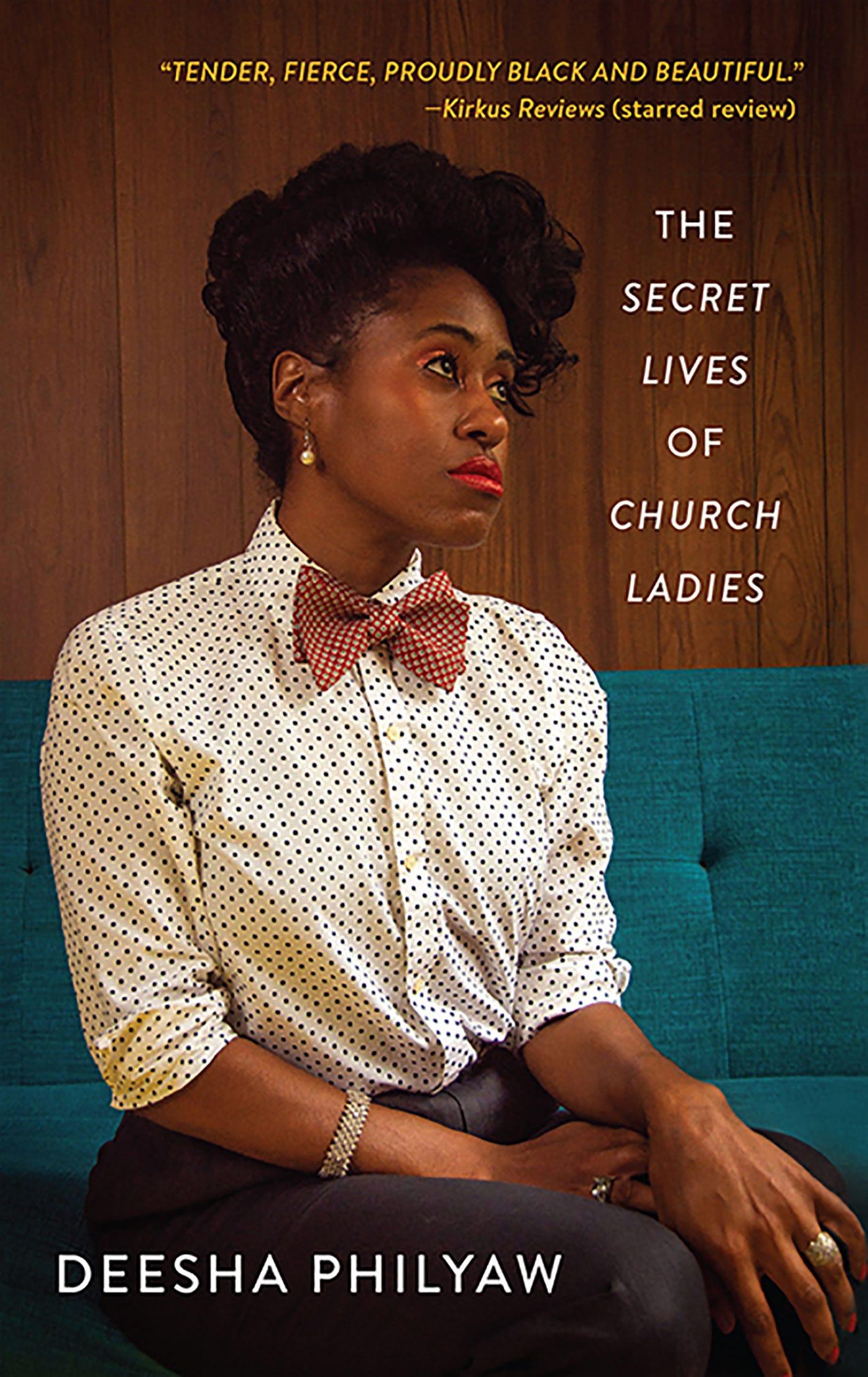 """Meine linke Hand hält das Buch """"The Secret Lives of Church Ladies"""" von Deesha Philyaw, darunter sieht man eine blaue Decke. Auf dem Buchcover sieht man eine junge Schwarze Frau mit hochgesteckten Haaren, rotgeschminkten Lippen und Augen und Perlenohrring im Profil, die eine weiße Bluse mit schwarzen Punkten und eine rote Fliege mit hellen Punkten trägt. Sie sitzt auf einem flaschengrünen Sofa und guckt melancholisch nach rechts oben."""