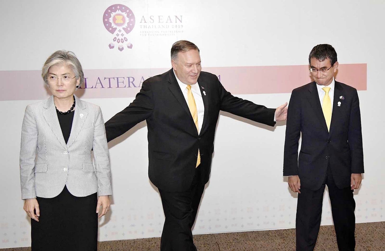 (L-R) South Korean Foreign Minister Kang Kyung Wha, US Secretary of State Mike Pompeo, and Japanese Foreign Minister Taro Kono following talks in Bangkok, 2 August 2019 (Photo: Kyodo News via Getty)