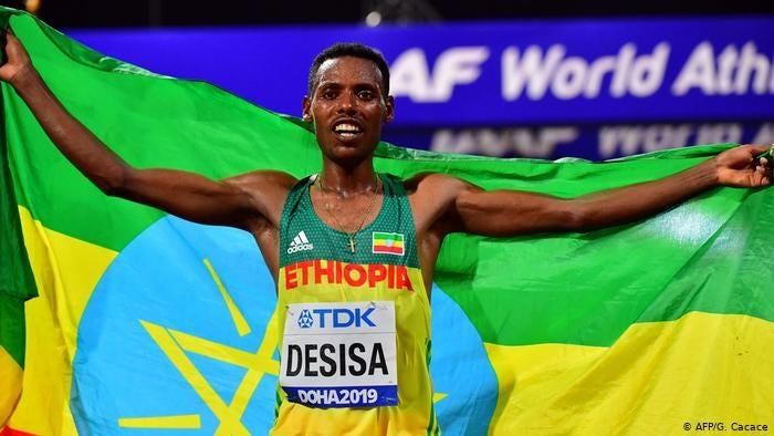 Ethiopia's Lelisa Desisa celebrates after winning in the Men's Marathon (AFP/G. Cacace)